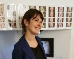 Olga Laz devant sa série de photos intitulées Mont de Vénus