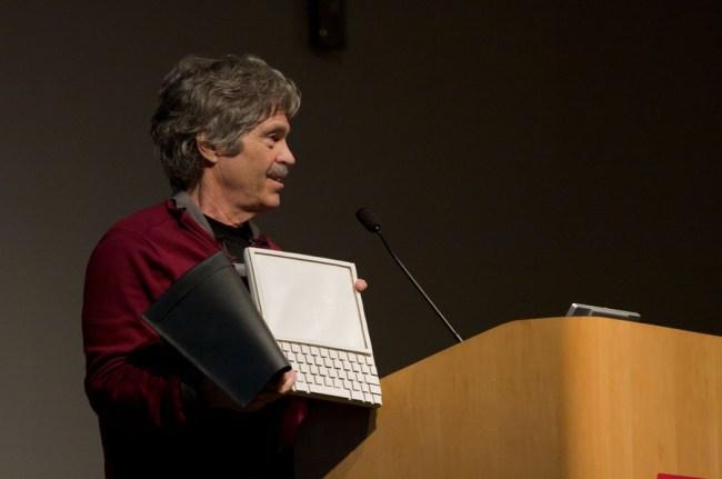 Алан Кэй – «отец» планшетных компьютеров с концептом Dynabook в руках