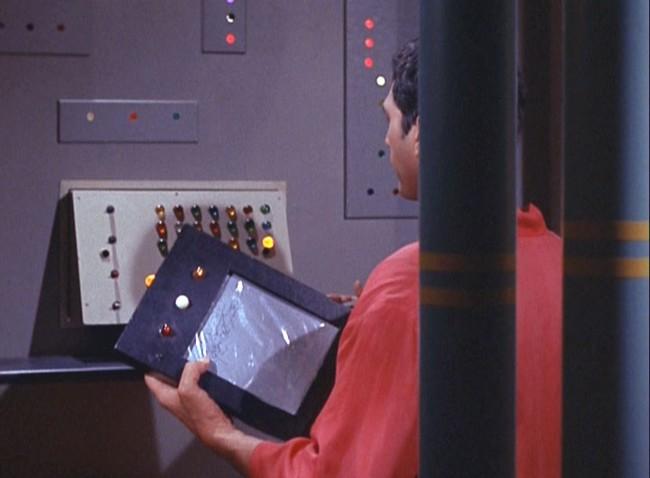 Авторы телесериала «Звездный путь» обладали своеобразным даром «предвидения»: планшетный компьютер PADD (Personal Access Display Device) стал одним из сбывшихся их прогнозов