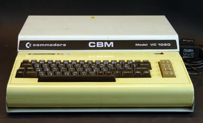 Commodore VIC-20, установленный в специальный корпус расширения, насчитывавший шесть слотов для картриджей периферии