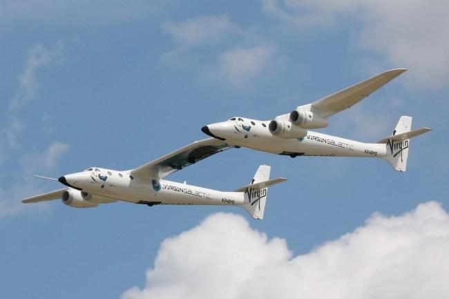 Под «спаренным» крылом разгоночного самолета Virgin Galactic WhiteKnightTwo крепится космический челнок SpaceShipTwo