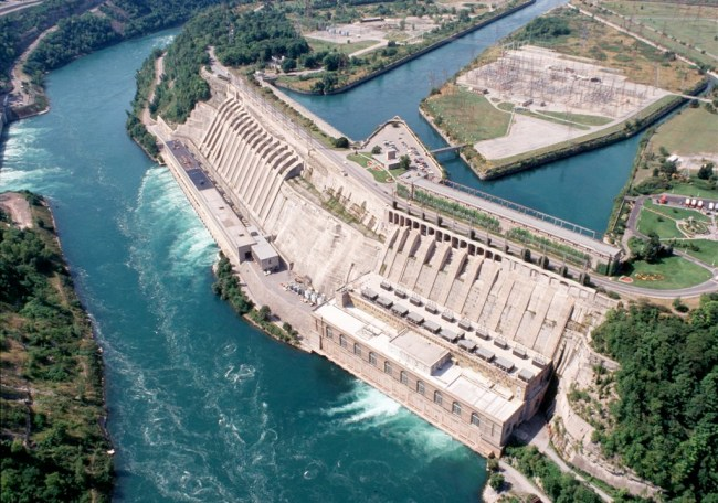 Комплекс электростанций «Сэр Адам Бек» (США) мощностью 2 тыс. МВт построен на границе США и Канады