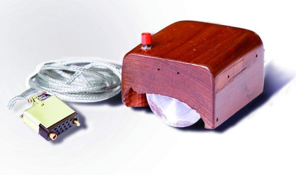Первый прототип мышки – в деревянном корпусе и с одной кнопкой