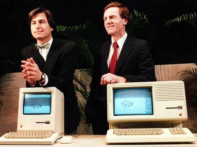 Стив Джобс и Джон Скалли, генеральный директор и президент Apple соответственно, на встрече с акционерами компании (1984 год)