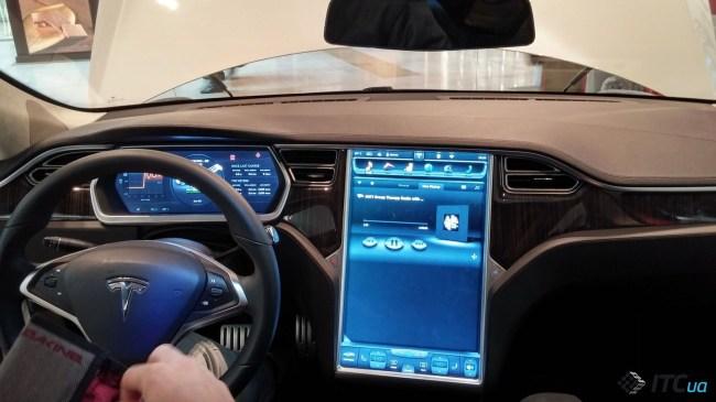 За рулем расположен 12,3-дюймовый экран, а на центральной консоли - 17-дюймовая матрица. Управляет всем этим восьмядерная SoC Nvidia Tegra