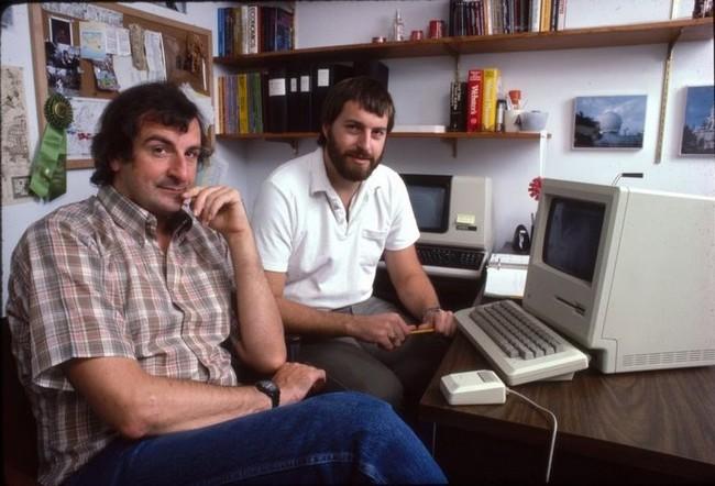 Дуглас Адамс (слева) и Стив Мерецки явно замышляют что-то особо хитрое и головоломное
