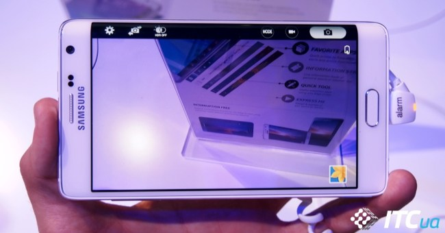 Кнопка спуска и настройки камеры перенесены на загнутую панель, чтобы не занимать место на основном экране