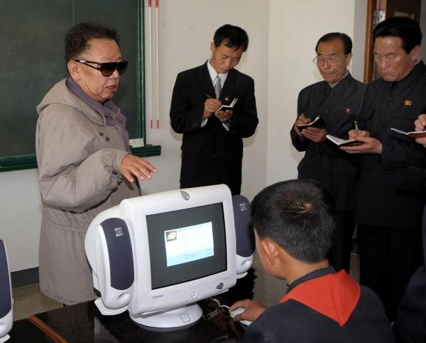 Ким Чен Ир лично объясняет, как именно следует обучать компьютерным технологиям (Фото: REUTERS/KCNA)