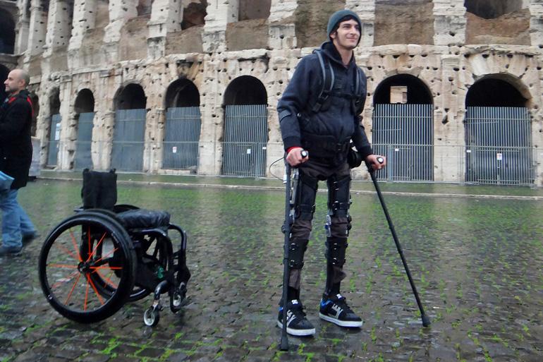 Экзоскелет suitX Phoenix призван помочь ходить людям с ограниченной подвижностью
