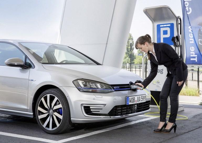 Немецким покупателям автомобилей будут доплачивать 4000 евро за электромобиль и 3000 евро за гибрид