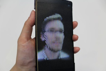 Разработчики называют HoloFlex первым в мире гибким смартфоном с голографическим дисплеем