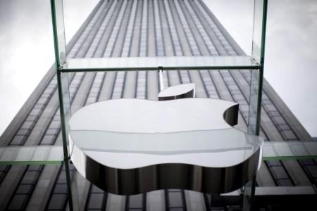 Инвестиционный гигант Berkshire Hathaway раскрыл свою долю (около $1 млрд) в компании Apple, после чего ее акции немного подорожали