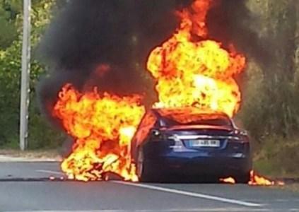 Электромобиль Tesla Model S воспламенился и был полностью уничтожен огнём за 5 минут