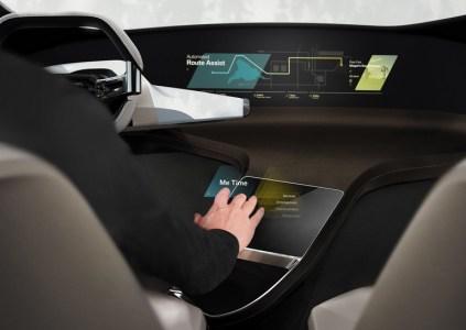 Концептуальная мультимедийная система BMW HoloActive Touch проецирует возле руля парящий виртуальный дисплей с тактильной обратной связью