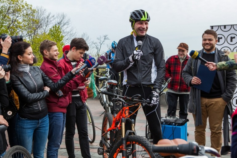 Виталий Кличко предложил открыть в Киеве совмещенные полосы для одновременного движения общественного транспорта и велосипедов
