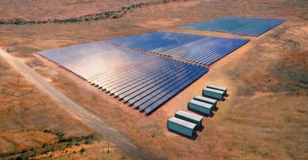 В Австралии построят самую крупную в мире электростанцию из солнечных панелей на 330 МВт (3,4 млн панелей) и резервного хранилища на 100 МВт/400 МВтч (1,1 млн батарей) за $750 млн