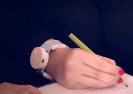 В Microsoft разработали наручные часы, которые помогают устранить тремор рук у людей, страдающих от болезни Паркинсона