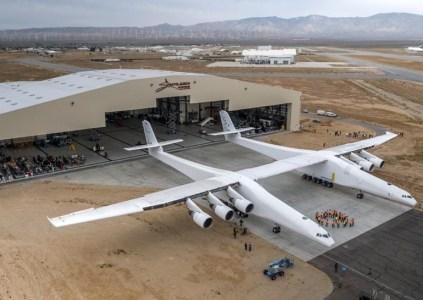 Компания сооснователя Microsoft выкатила из ангара крупнейший в мире самолёт Stratolaunch, предназначенный для запуска ракет в космос