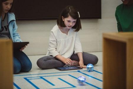 Новая версия iPad-приложения Swift Playgrounds позволяет управлять объектами из реального мира — роботами, дронами и другими умными устройствами