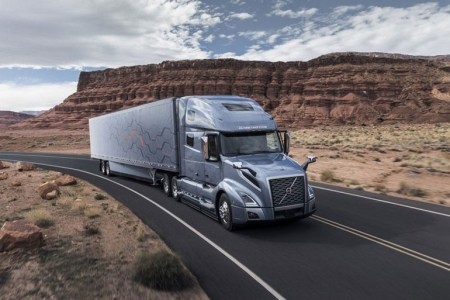 Новые грузовики Volvo уже в базе содержат вспомогательную систему управления, а в качестве опции могут включать Apple CarPlay