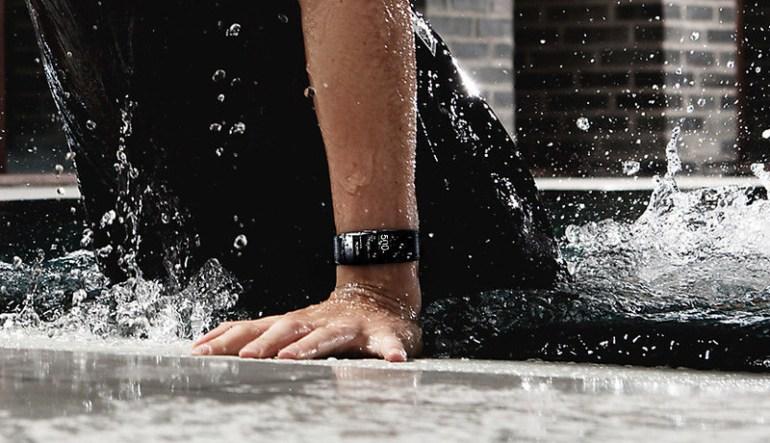 Новый умный браслет Samsung Gear Fit2 Pro имеет водонепроницаемость, позволяющую плавать в них