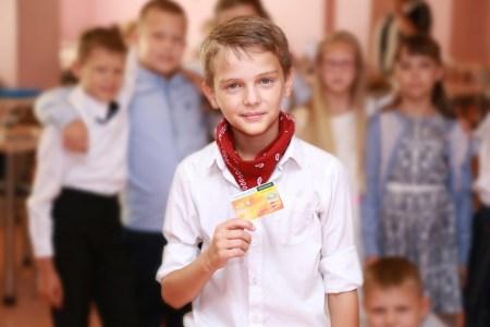 Mastercard и Ощадбанк выпустили электронный ученический билет для 300 учеников киевской гимназии №107, который выполняет функции удостоверения, пропуска и платежной карты