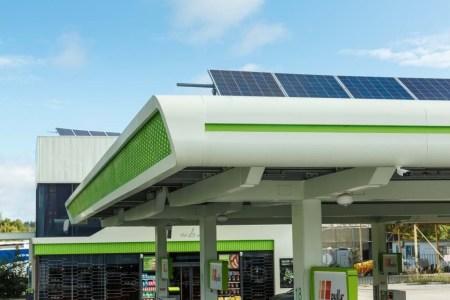 В Киеве заработала первая в сети АЗК «ОККО» солнечная электростанция на крыше заправки, ее мощность составляет 51 кВт