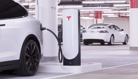 Tesla начнет устанавливать новые компактные скоростные зарядки Urban Supercharger в центрах крупных городов