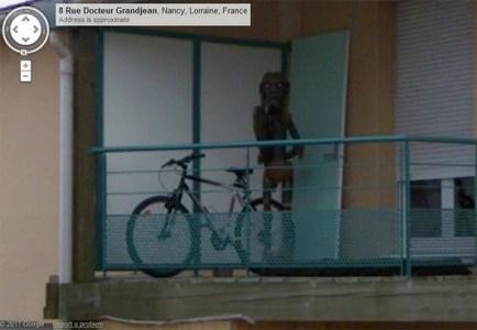 Google отредактировала фото дома из Street View с устрашающим существом на балконе, размыв все здание целиком