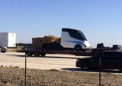 Первая фотография электрогрузовика Tesla Semi, снятая на секретном полигоне в Калифорнии