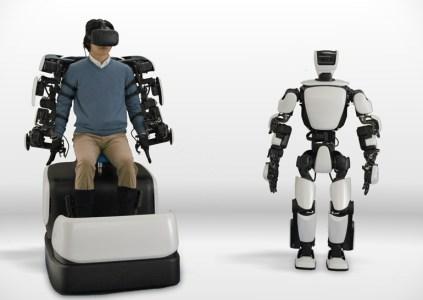 Человекоподобный робот Toyota T-HR3 может копировать движения оператора и балансировать на одной ноге