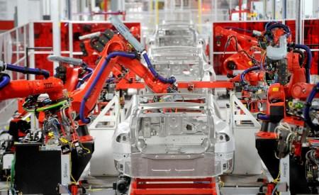 По данным Reuters, 90% машин Tesla выходят с конвейера дефектными и требуют ремонта, но в компании это отрицают