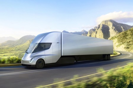 Первым покупателем Tesla Semi станет сама компания, которая свяжет конвоями электрогрузовиков сборочные линии в Калифорнии с производством батарей Gigafactory в Неваде
