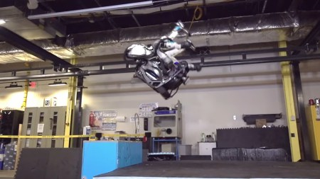 Boston Dynamics научили человекоподобного робота Atlas делать заднее сальто! [Видео]