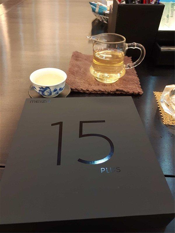 """В честь 15-летия бренда компания Meizu выпустит два """"юбилейных"""" безрамочных смартфона M15 и M15 Plus"""