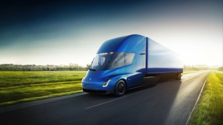 DHL считает, что покупка Tesla Semi окупится уже за 1,5 года, а Илон Маск обещает превзойти анонсированные характеристики электрогрузовика, сохранив ту же стоимость