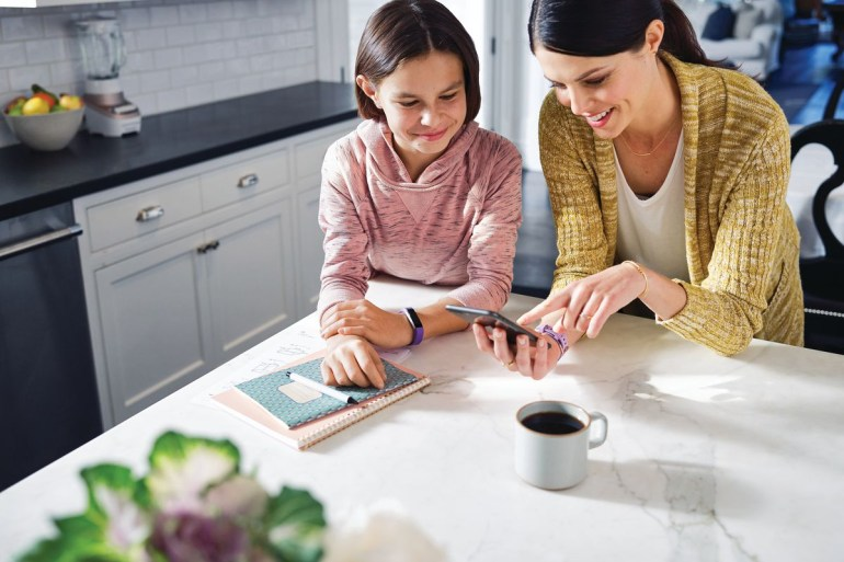 Fitbit анонсировала более доступные умные часы Versa и детский фитнес-трекер Ace