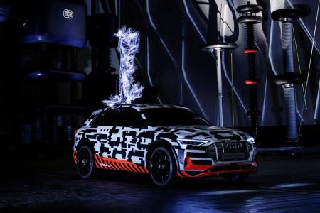 Audi объявила официальный запас хода Audi e-tron (400 км по циклу WLTP) и рассказала о способах зарядки батарей, поместив электрокроссовер в клетку Фарадея