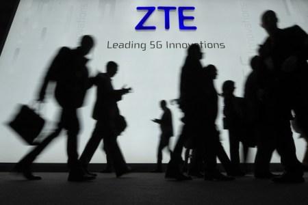 Reuters: ZTE придется выплатить штраф в размере $1,7 млрд, чтобы вернуться в бизнес