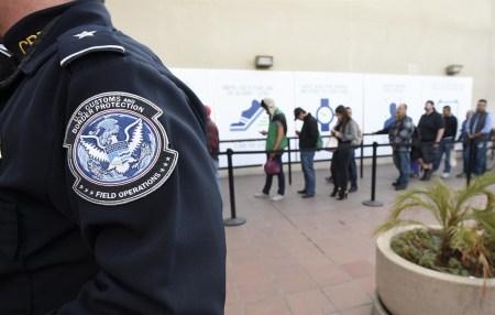 Американская таможня может конфисковать смартфон за отказ его разблокировать
