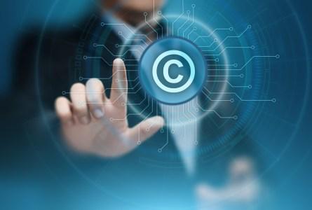 Европарламент одобрил новую версию скандальной директивы об авторском праве в интернете
