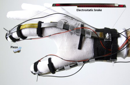 Швейцарские инженеры создали перчатку, которая позволяет «ощущать» объекты в виртуальной реальности