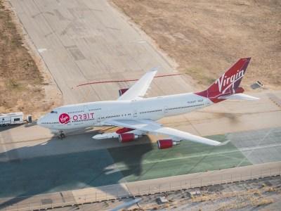 Virgin Orbit провела первый испытательный полет самолета-носителя Cosmic Girl с ракетой под крылом