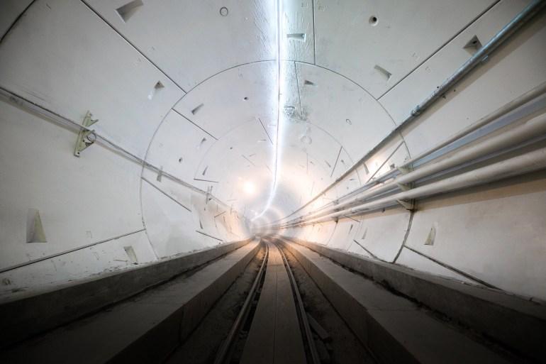Илон Маск открыл испытательный туннель под Лос-Анджелесом и показал, как электромобиль Tesla превращается в рельсовый поезд для скоростных поездок по подземным туннелям The Boring Company