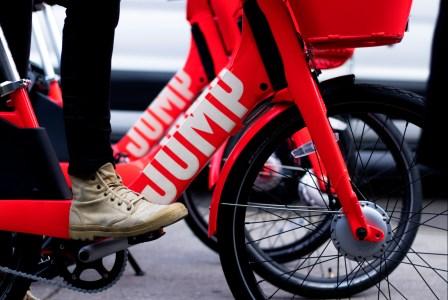 Uber работает над самоуправляемыми велосипедами и скутерами, которые сами смогут ездить на подзарядку
