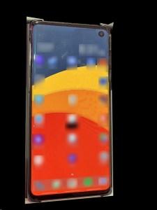 Эван Блэсс опубликовал живое фото смартфона Galaxy S10 (Beyond 1) с небольшим точечным вырезом под фронтальную камеру в экране