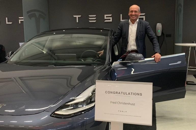 """Tesla привезла первую партию официальных электромобилей Model 3 в Европу, однако доставки заказчикам задерживаются из-за """"неожиданных проблем"""""""