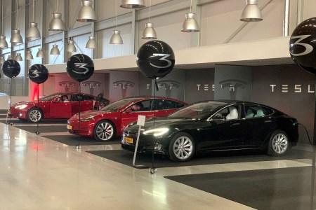 Tesla привезла первую партию официальных электромобилей Model 3 в Европу, однако доставки заказчикам задерживаются из-за «неожиданных проблем»