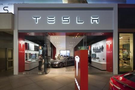 Tesla незначительно повысит цены на электромобили (за исключением дешевой Model 3), чтобы сохранить больше офлайн-магазинов