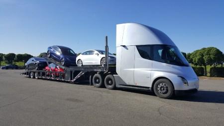 Фото: Tesla развозит свои электрокары клиентам на собственных электрогрузовиках